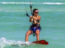 ragazza Aquilone-praticante il surfing Immagini Stock