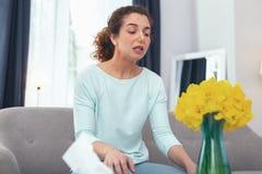 Ragazza arrabbiata che è allergica ai fiori che fissano ad un mazzo Immagini Stock Libere da Diritti
