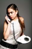 Ragazza arrabbiata con il vecchio telefono Fotografia Stock Libera da Diritti
