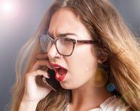Ragazza arrabbiata ed urlare sul telefono Immagini Stock Libere da Diritti