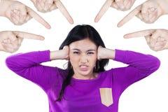 Ragazza arrabbiata oppressa dai suoi amici Fotografia Stock Libera da Diritti
