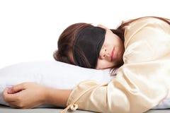 Ragazza asiatica addormentata con la maschera di occhio Immagini Stock Libere da Diritti