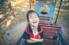 Ragazza asiatica adorabile divertendosi al plaground dei bambini Annata a Fotografie Stock