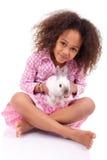 Ragazza asiatica africana che tiene un coniglio Fotografie Stock Libere da Diritti