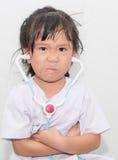 Ragazza asiatica arrabbiata in costume di medico Immagine Stock