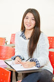 Ragazza asiatica che cattura le note Fotografia Stock Libera da Diritti