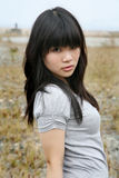 Ragazza asiatica che esamina visore Fotografie Stock Libere da Diritti