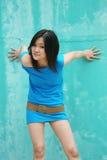 Ragazza asiatica che esamina visore Fotografie Stock