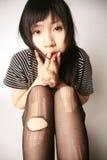 Ragazza asiatica che esamina visore fotografia stock