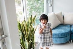 Ragazza asiatica che gioca a casa fotografia stock