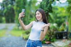 Ragazza asiatica che prende la foto del selfie Fotografie Stock Libere da Diritti