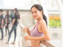 Ragazza asiatica che si rilassa dopo l'esercizio fotografie stock
