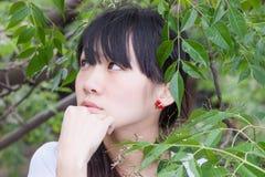 Ragazza asiatica che sta fra le foglie Immagine Stock Libera da Diritti