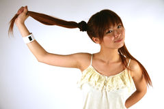Ragazza asiatica che tira capelli immagine stock libera da diritti