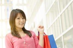 Ragazza asiatica con i sacchetti della spesa Immagini Stock Libere da Diritti