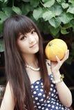 Ragazza asiatica con il melone fotografia stock