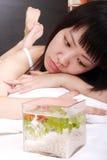 Ragazza asiatica con il suo goldfish Fotografie Stock