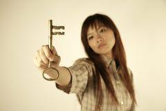 Ragazza asiatica con il tasto fotografia stock libera da diritti