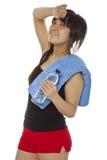 Ragazza asiatica con il tovagliolo e la bottiglia di acqua Fotografia Stock Libera da Diritti