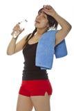 Ragazza asiatica con il tovagliolo e la bottiglia di acqua Immagini Stock