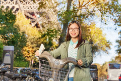Ragazza asiatica con la bici locativa a Parigi Fotografia Stock