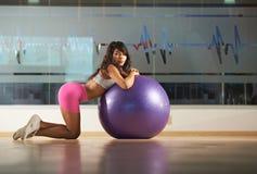 Ragazza asiatica con la palla nel club di forma fisica Fotografia Stock Libera da Diritti