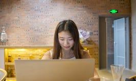 Ragazza asiatica davanti al computer portatile immagine stock libera da diritti