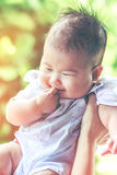Ragazza asiatica del primo piano che sorride felicemente con la luce solare luminosa annata Fotografia Stock Libera da Diritti