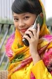 Ragazza asiatica dell'allievo sul telefono Fotografia Stock Libera da Diritti