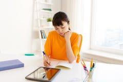 Ragazza asiatica dello studente con il pc della compressa che impara a casa Immagini Stock