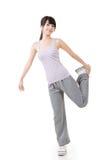 Ragazza asiatica di forma fisica che fa esercizio di allungamento Immagine Stock