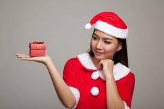 Ragazza asiatica di Natale con i vestiti di Santa Claus ed il contenitore di regalo Fotografie Stock