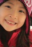 Ragazza asiatica felice in cappello invernale Fotografia Stock