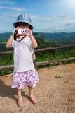 Ragazza asiatica felice che gode e che si rilassa all'aperto di giorno, Fotografia Stock Libera da Diritti