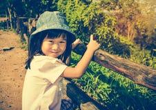 Ragazza asiatica felice che sorride e che si rilassa all'aperto di giorno, t Immagine Stock Libera da Diritti