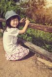 Ragazza asiatica felice che sorride e che si rilassa all'aperto di giorno, t Immagine Stock