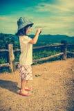Ragazza asiatica felice che sorride e che si rilassa all'aperto di giorno, t Fotografie Stock