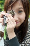Ragazza asiatica fredda che esamina visore Fotografie Stock Libere da Diritti