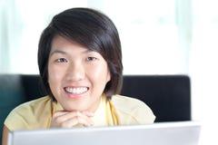 Ragazza asiatica giovane che passa in rassegna la rete Fotografie Stock Libere da Diritti