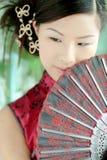 Ragazza asiatica nei dres cinesi rossi Fotografia Stock Libera da Diritti
