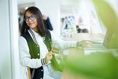 Ragazza asiatica nella consulenza aspettante coworking con l'insegnante Fotografie Stock