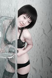 Ragazza asiatica nella stanza da bagno Immagini Stock