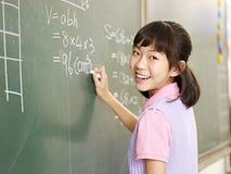 Ragazza asiatica sicura della scuola elementare Fotografie Stock
