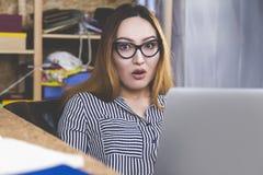 Ragazza asiatica sorpresa con il computer portatile Immagine Stock Libera da Diritti