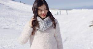 Ragazza asiatica sorridente nel rilassamento di lana del maglione immagini stock libere da diritti