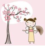 Ragazza asiatica sotto l'albero floreale della sorgente. Immagine Stock