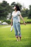 Ragazza asiatica sul prato inglese fotografie stock