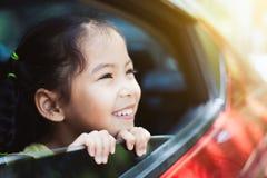 Ragazza asiatica sveglia del piccolo bambino che sorride e che si diverte per viaggiare Fotografie Stock Libere da Diritti