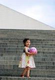 Ragazza asiatica sveglia sui punti Fotografia Stock Libera da Diritti