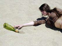 Ragazza assetata che raggiunge al deserto Fotografia Stock